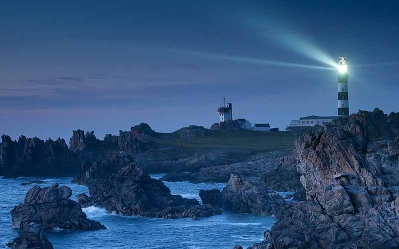 Les falaise d'Ouessant éclairées par le phare du Créac'h © Emmanuel Berthier